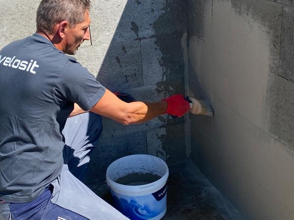 Cementbaseret korrosionsbeskyttelse og vedhæftningsforbedrende svummemørtel til beton